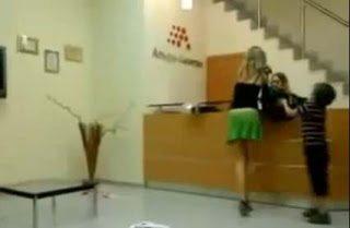 Παιδί τραβάει την φούστα της μάνας του