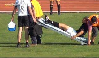 Αστεία μεταφορά τραυματισμένου ποδοσφαιριστή