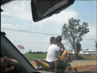 Ζευγάρι φιλιόταν στο μηχανάκι ενώ αυτός οδηγούσε