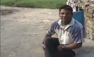 Ένας Ινδός που μιμείται το πουλάκι τσίου