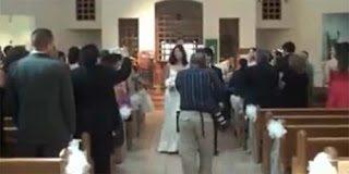 Ο φωτογράφος που έπεσε μέσα σε συντριβάνι στην Εκκλησία