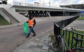 Εκατομμυριούχος καθαρίζει τους δρόμους για να περάσει το μήνυμα στα παιδιά της