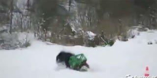 Οδηγώντας μηχανάκι πάνω σε παγωμένη λίμνη