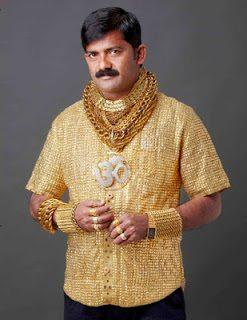 Πάμπλουτος Ινδός αγόρασε χρυσή μπλούζα για να τραβήξει τα γυναικεία βλέμματα ( Photos)
