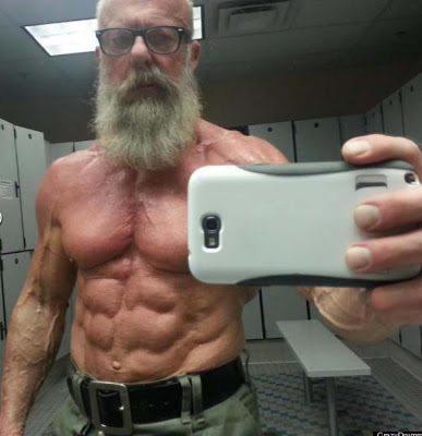 Ο γυμνασμένος παππούς ετών 60