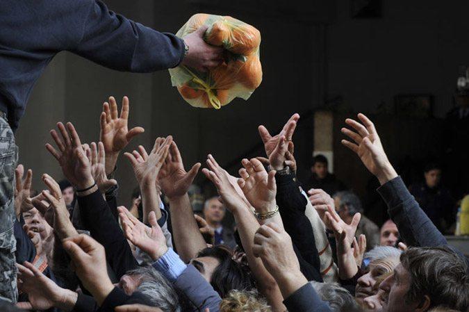 Αυτή είναι η θλιβερή φωτογραφία των Ελλήνων που κάνει τον γύρο του κόσμου