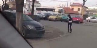 Το πιο αστείο περπάτημα φορώντας ψηλοτάκουνα (video)