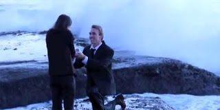 Απίστευτο! Της έκανε πρόταση γάμου στην θάλασσα και δείτε τι συνέβη