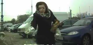 Η τρελή Ρωσίδα επιτίθεται σε οδηγό (video)