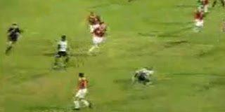 Δαίμονας σέρνει ποδοσφαιριστή την στιγμή του αγώνα