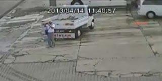 Video: Τον πάτησε φορτηγάκι αλλά δείτε πόσο τυχερός ήταν