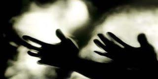 Θαύμα: Πατέρας έθαψε ζωντανές τις κόρες τους – Επέζησαν χάρη σε έναν άντρα με πληγές