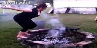 Η γυναίκα του έπεσε σε αναμμένα κάρβουνα και αυτός τραβούσε video