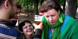 Γυναίκα πίνει μπύρα από το αυτί (video)