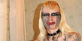 Να πως είναι η γυναίκα που κάνει μόνη της τα τατουάζ