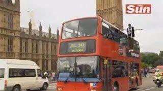 Ο μάγος στο Λονδίνο που αιωρήθηκε δίπλα από λεωφορείο