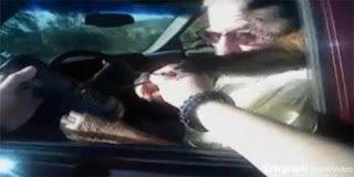 Video: Μαϊμού δάγκωσε αστυνομικό γιατί έδωσε κλήση στο αφεντικό της