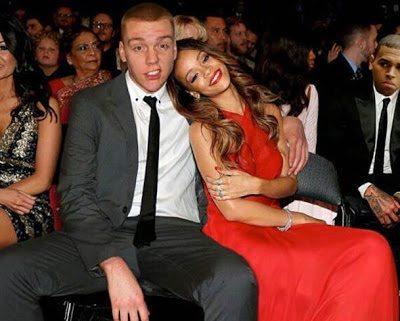 Στέκεται δίπλα στην Rihanna