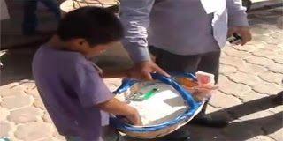 Παγκόσμια κατακραυγή – Ο αστυνομικός που ταπεινώνει 10χρονο μικροπωλητή (video)