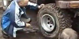 Αποτελεσματικό κόλπο: Να πως να φουσκώσετε το λάστιχο εάν δεν έχετε τρόμπα