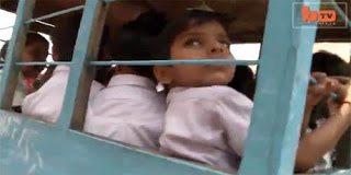 Ινδία: Μέσα σε κλούβα πηγαίνουν τα παιδιά στο σχολείο