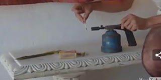 Η πιο εξωφρενική πράξη – Κάνει αποτρίχωση με φωτιά  (video)