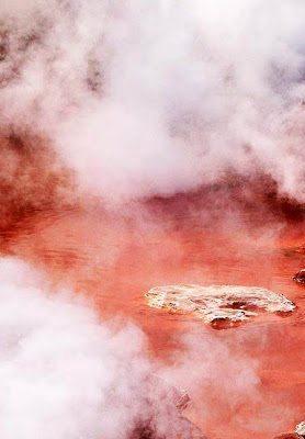 Αυτή είναι η κατακόκκινη λίμνη της Κολάσεως1