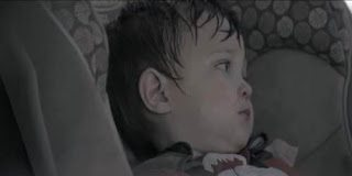 Να τι παθαίνει το παιδί όταν αφεθεί κλεισμένο στο αμάξι  -  Ένα Video που πρέπει να ευαισθητοποιήσει