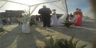 Να πως μπορεί να χαλάσει ένας ρομαντικός γάμος δίπλα στην θάλασσα