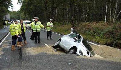 Βούλιαξε ο δρόμος και κατάπιε ένα αυτοκίνητο