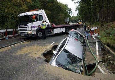 Βούλιαξε ο δρόμος και κατάπιε ένα αυτοκίνητο 2