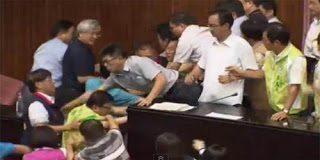Άγριο ξύλο μεταξύ βουλευτών στην Ταϊβάν
