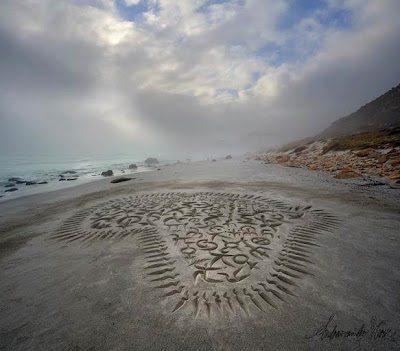 Απίστευτες καλλιγραφίες στην άμμο
