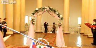 Το πιο αστείο περιστατικό σε γάμο – Έφυγε το νυφικό της νύφης (video)