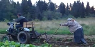 Με αυτόν τον τρόπο οργώνει ένας αγρότης από την Ρωσία
