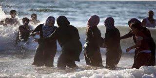 Με ... μπούρκα κάνουν μπάνιο στην θάλασσα οι Μουσουλμάνες