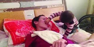Η αγάπη του παιδιού προς την μάνα – 2χρονος τάιζε την άρρωστη μάνα του...