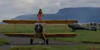 Απίστευτος 93χρονος ταξιδεύει πάνω σε φτερό αεροπλάνου