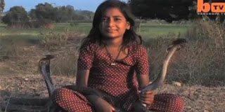 Δείτε την 8χρονη από την Ινδία που αντί για κούκλες παίζει κόμπρες