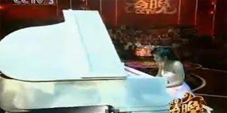 Η υπέροχη πιανίστας που δεν έχει δάχτυλα