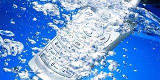 Σου έπεσε το κινητό σε νερό; Να τι πρέπει να κάνεις...