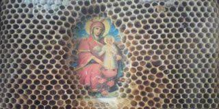 Θαύμα στο Άγιο όρος – Μοναχοί έβαλαν την εικόνα της Πανάγιας μέσα σε μελίσσι και...