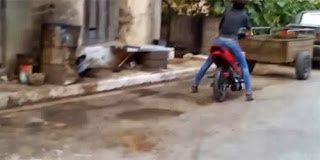 Το Ελληνικό video που κάνει θραύση – Η Βίκυ και η τούμπα με το μηχανάκι