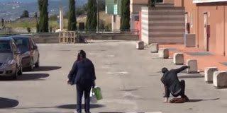 Ένας άστεγος και ένας καλοντυμένος πέφτουν