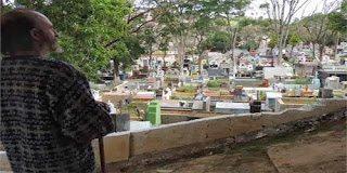 Συγκίνηση για τον άστεγο που μένει στον τάφο του φίλου του