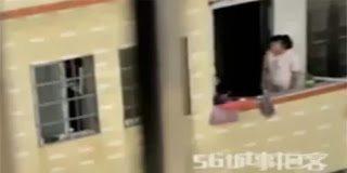 Απίστευτο περιστατικό – Μητέρα κρεμάει τον γιο της από το μπαλκόνι - video