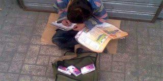 Παιδάκι πουλάει χαρτομάντιλα και την ίδια ώρα διαβάζει...