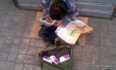 Παιδάκι πουλάει χαρτομάντιλα και την ίδια ώρα διαβάζει