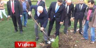 Ο Γιώργος Παπανδρέου φύτεψε δέντρο μαζί με την γλάστρα