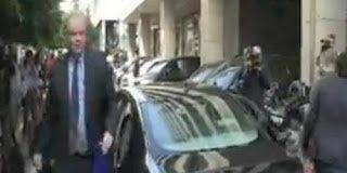 Πολίτης έριξε κέρματα στον Τόμσεν